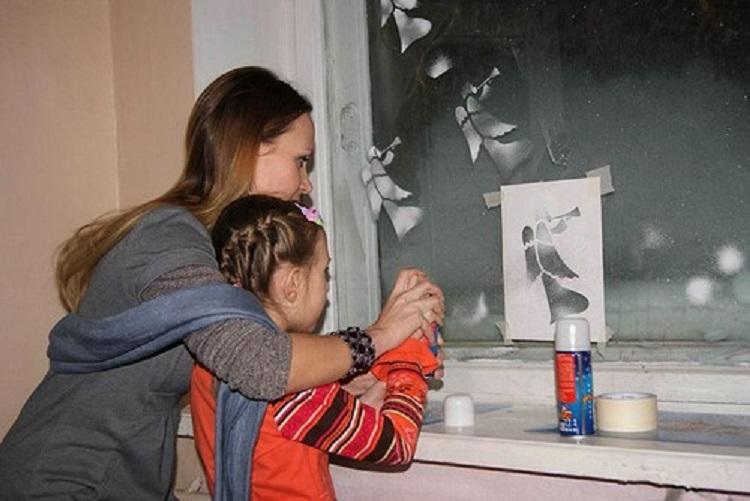 Для каждого ребёнка чрезвычайно важно получать достаточное количество родительской любви, и украшение дома к новогодним праздникам является отличным поводом показать свое внимание к ребенку.