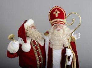 Синтерклаас носит одежду епископа