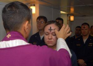 Зола торжественно размещается на головах христиан