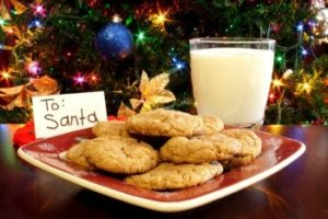 Санте стакан молока и тарелку печенья