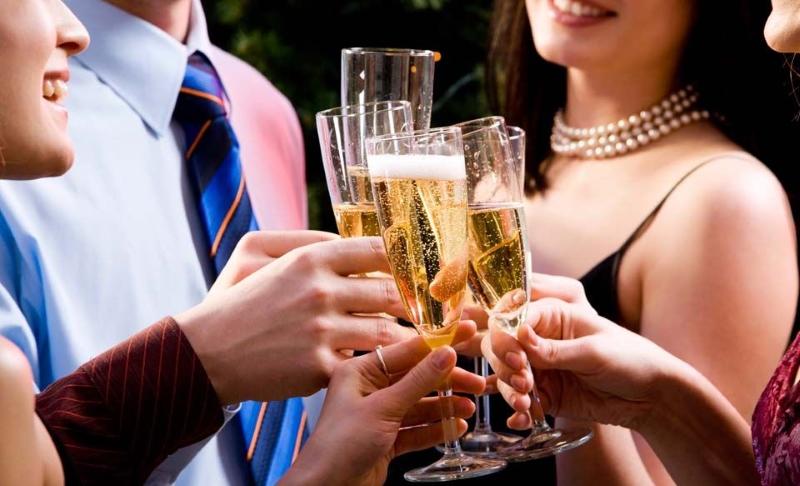 Пьем шампанское на Новый год красиво